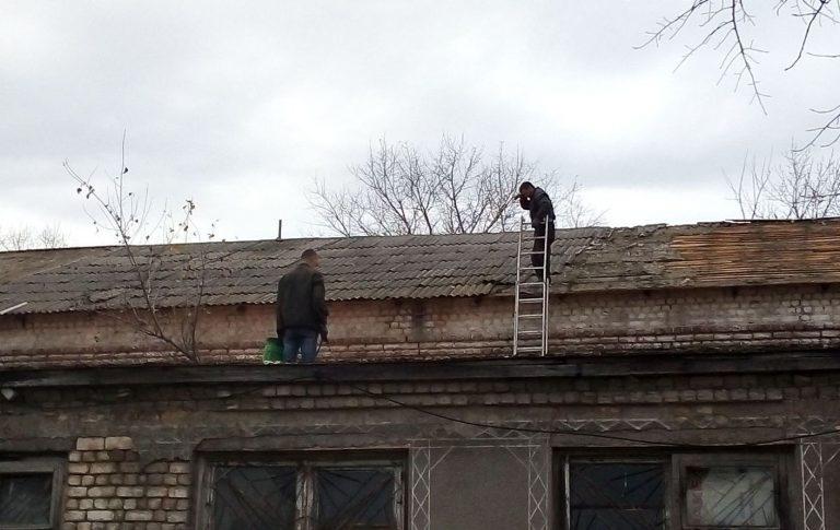 Відновлюють дах Дмитрівського сільського будинку культури