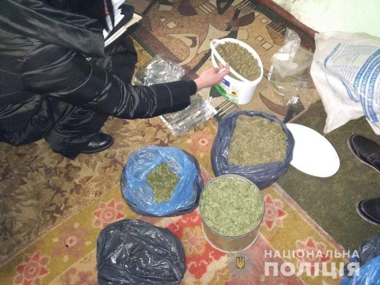 У Новобузькому районі поліцейські вилучили у місцевого мешканця понад кілограм готового до вживання канабісу