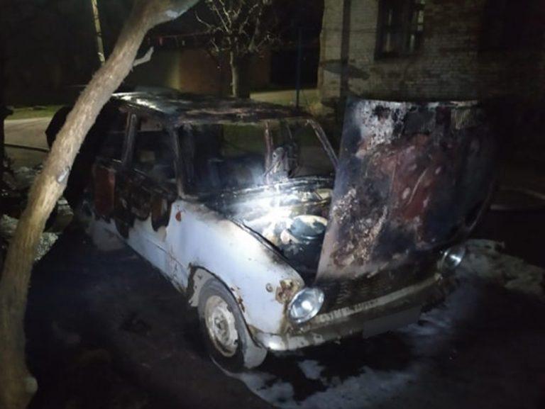 В Новому Бузі пожежники гасили охоплений полум'ям автомобіль