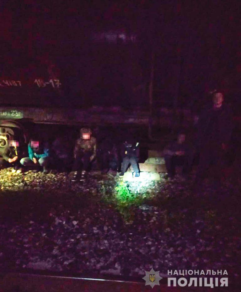 На крадіжці зерна з потягу миколаївські поліцейські викрили 14 зловмисників